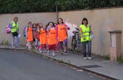 Bambini che vanno a scuola