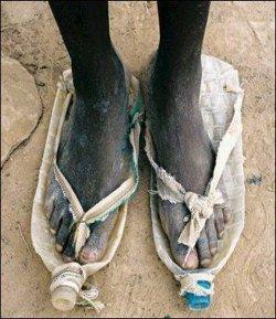 bottiglie scarpe ai piedi